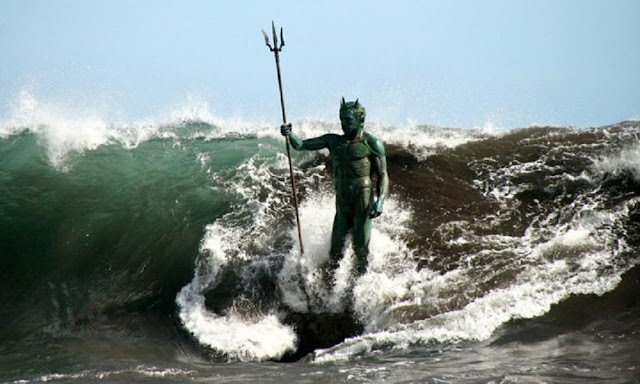 Imponente estatua de Neptuno en una playa española