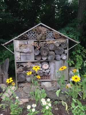 Favorecer a vida de alguns insetos que vivem no seu jardim, além de criar um ambiente de vida agradável, muitas vezes ainda assegura o equilíbrio biológico do local, sem ter que recorrermos a substâncias químicas para controle de eventuais pragas.