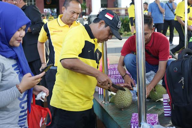 Rekatkan Kebersamaan, Paman Birin Adakan Makan Durian Bersama