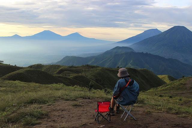 Menikmati sunrise yang indah di Gunung Prau Wonosobo. Foto : Wikimedia.. https://commons.wikimedia.org/wiki/File:Gunung_Prau,_Dieng,_Wonosobo,_Jawa_Tengah,_04072015.jpg