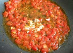 Перемешать и жарить до получения соуса.