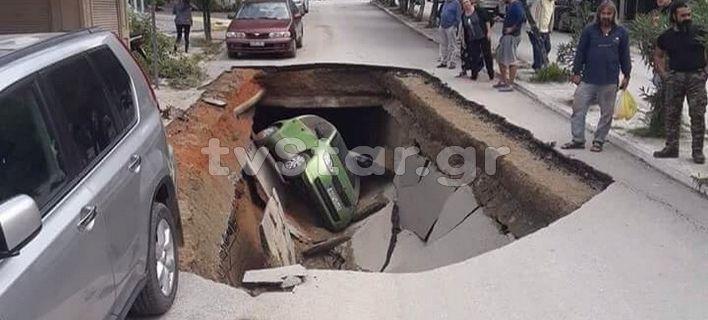 Σε σοβαρό κράτος θα είχαν καλέσει όλους αυτούς που ευθύνονται στην Ελλάδα λένε άπλα το γελοίο: Άνοιξε η γη και κατάπιε αυτοκίνητο