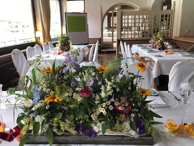 Center Pieces Blumenwiese, Bunte Sommerblumen-Hochzeit am See und in den Bergen, Riessersee Hotel Garmisch-Partenkirchen, Bayern, nahe der Zugspitze, Hochzeitsplanerin Uschi Glas