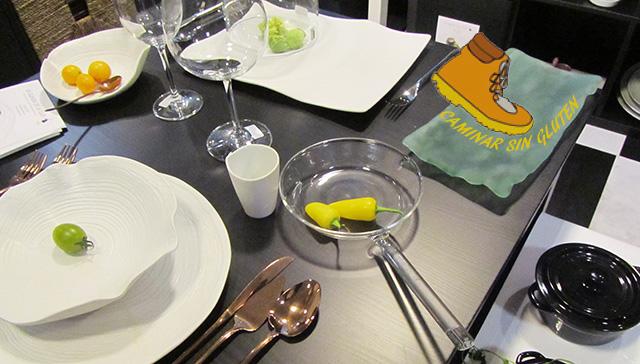 Mesa con vajilla moderna
