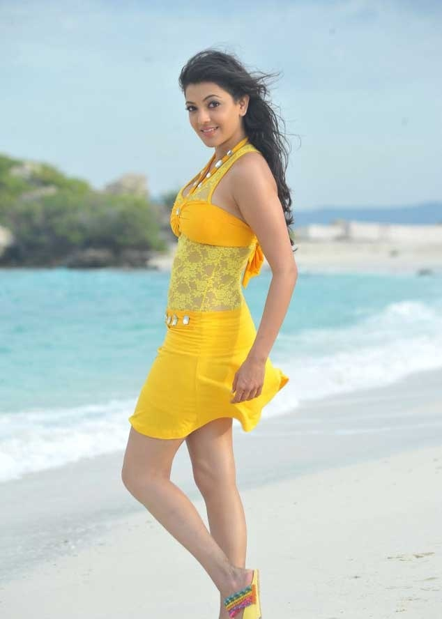 Kajal Agarwal Legs Show Sizzling Sleeveless Yellow Dress Photos In Beach