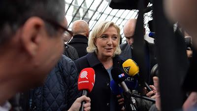 La candidata a la Presidencia de Francia y líder del partido Frente Nacional, Marine Le Pen, se dirige a periodistas en Villepinte, al norte de París, 2 de diciembre de 2016.
