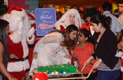 isha-ambani_with-underprivileged-children