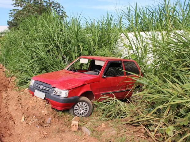 Carro capota e duas pessoas ficam feridas na BR em Rondônia