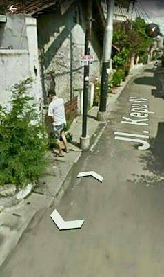 Google street ternyata menangkap foto unik lagi, sok dilihat dan diperhatikan.
