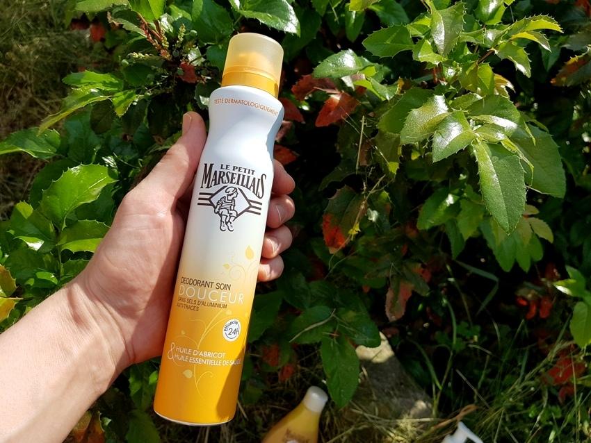Delikatny dezodorant pielęgnujący z dodatkiem masła shea i olejeku z szałwii.
