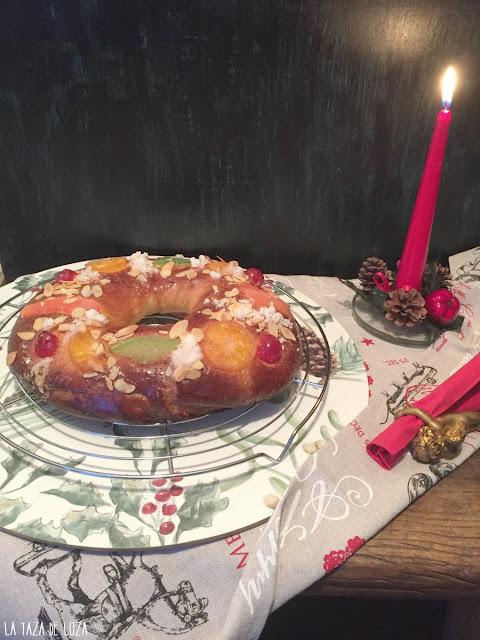 Roscón-de-Reyes-con-frutas-y-almendras-laminadas
