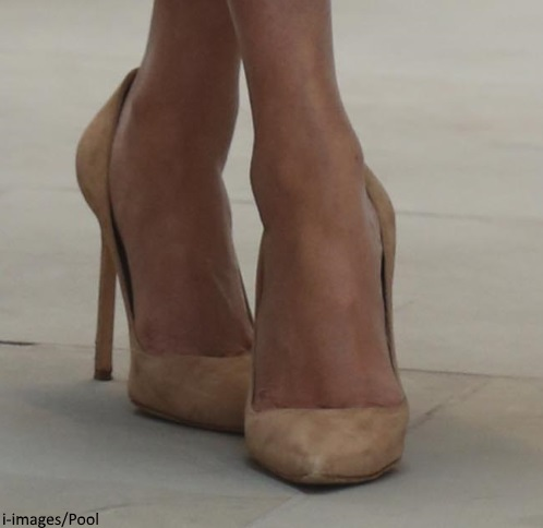 f34c4b1c5 A closer look at Meghan's pumps. It appears they are a Manolo Blahnik pair.