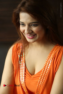 Actress Saloni Aswani Pos in Short Dress at Meelo Evaru Koteeswarudu Movie Interview  0077.JPG