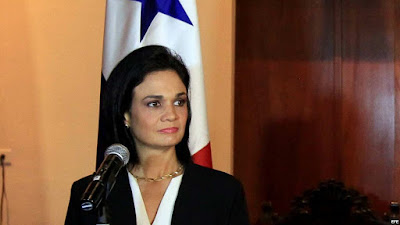 """Dos jueces venezolanos a los que Panamá otorgó asilo político permanecen en la embajada del país centroamericano en Caracas en espera de obtener un permiso para salir del país, informó este jueves la canciller panameña, Isabel de Saint Malo, reseña AFP.  """"Estamos en el trámite con el gobierno venezolano de los respectivos salvoconductos para que puedan salir de territorio venezolano e ingresar a territorio panameño. Están en la embajada"""" de Panamá en Caracas, dijo De Saint Malo a periodistas durante un acto público.  El pasado viernes Panamá otorgó asilo político a Gustavo Sosa Izaguirre y Manuel Antonio Espinoza Melet, integrantes de la Corte Suprema paralela nombrada por la Asamblea Nacional el 21 de julio, a la que el gobierno de Nicolás Maduro no reconoce.  El presidente de Panamá, Juan Carlos Varela, dijo la pasada semana que el asilo había sido concedido porque Sosa y Espinoza """"están siendo ahora de alguna forma u otra perseguidos por el gobierno (de Venezuela)"""".  Sosa denunció """"constantes amenazas y amedrentamientos de altos funcionarios del gobierno venezolano y militantes del partido de gobierno"""", en tanto Espinoza habló de una """"atroz persecución"""" contra los magistrados y sus familias.  Panamá no reconoce a la Asamblea Constituyente impulsada por Maduro y apoya las sanciones de Washington contra funcionarios venezolanos."""