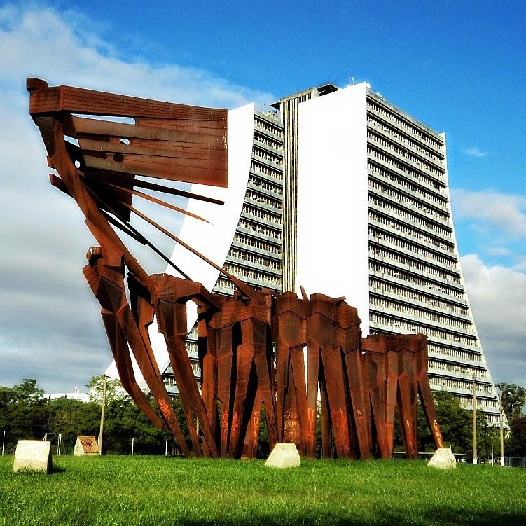Monumento dos Açorianos e Centro Administrativo, em Porto Alegre