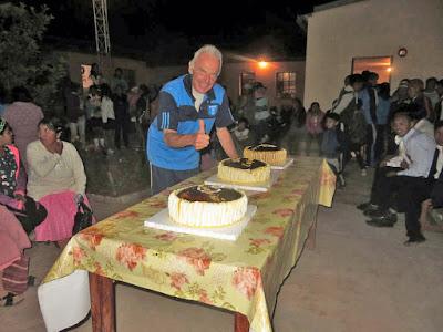 Zur anschließenden Feier im Pfarrrosengarten gab es lecker Kuchen