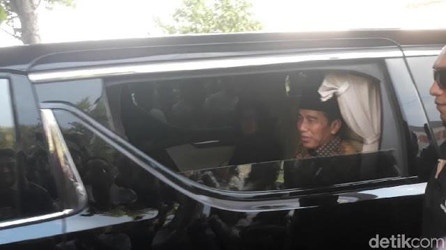 Jokowi Antar Jenazah Adik Ipar ke Peristirahatan Terakhir