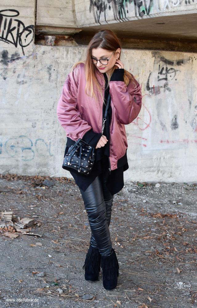 schwarze Lederleggings und rosa Pilotenjacke