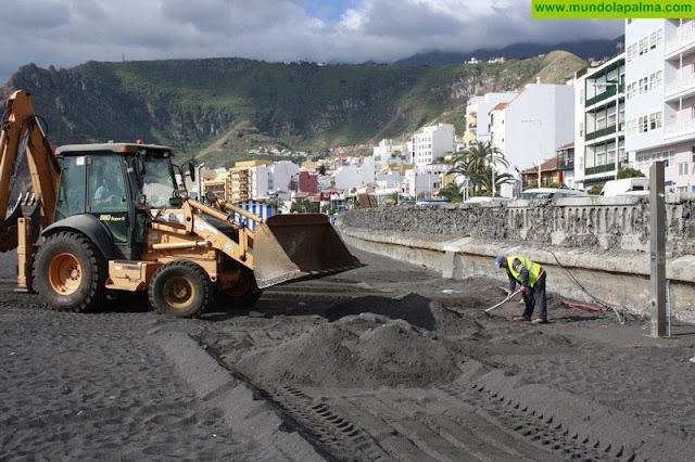 El Ayuntamiento repara los desperfectos causados por el último temporal en los vestuarios de la zona norte de la playa