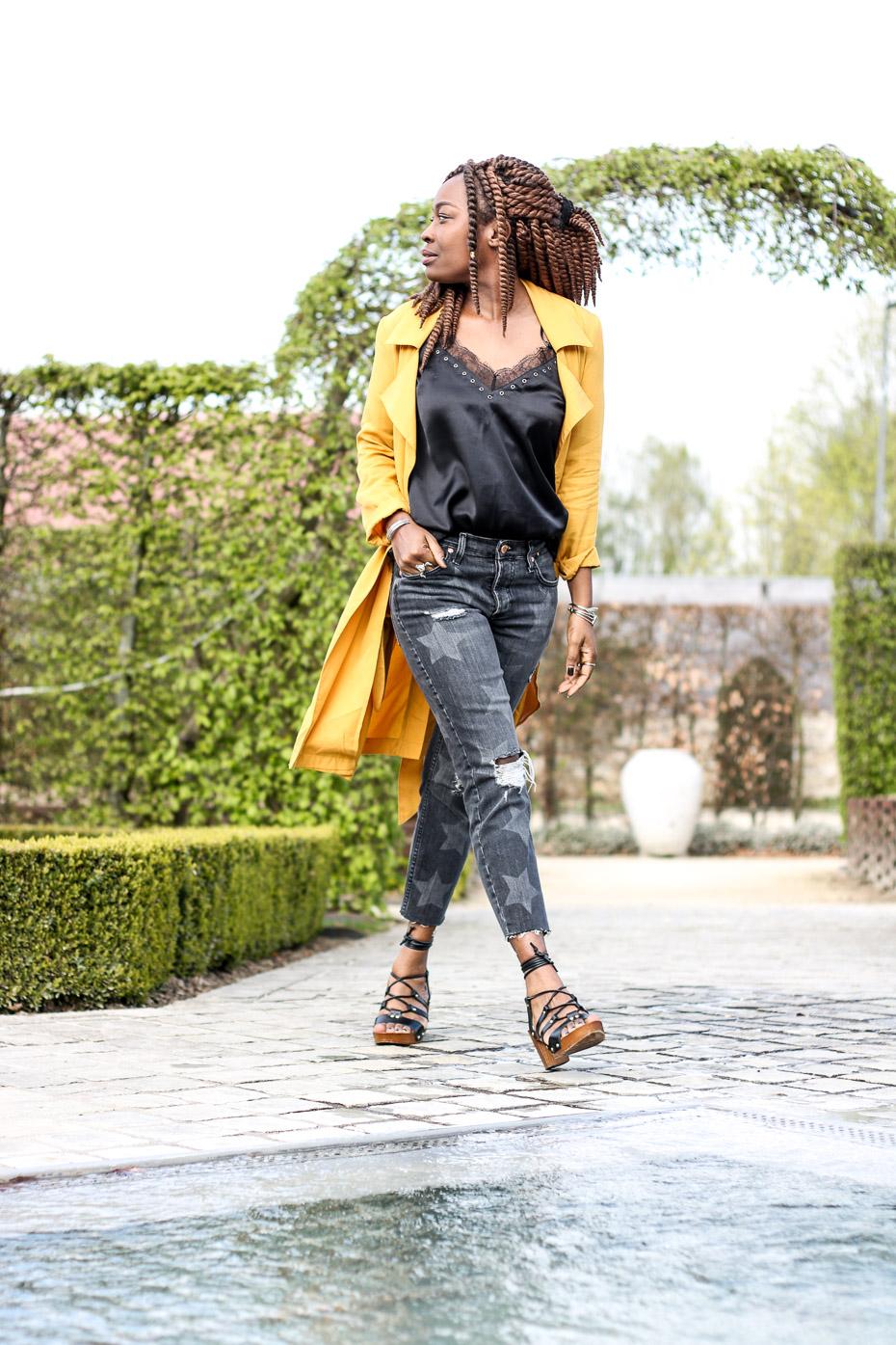 trench-jaune-jeans-etoile-sabots