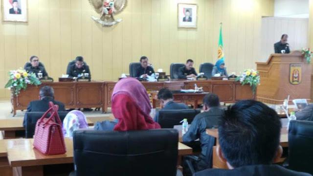 Setelah sempat dibahas empat kali pembahasan, akhirnya Raperda pembentukan dan susunan perangkat daerah Kota Banjarbaru ditetapkan menjadi dalam rapat paripurna DPRD Banjarbaru, Rabu 31 Agustus 2016.