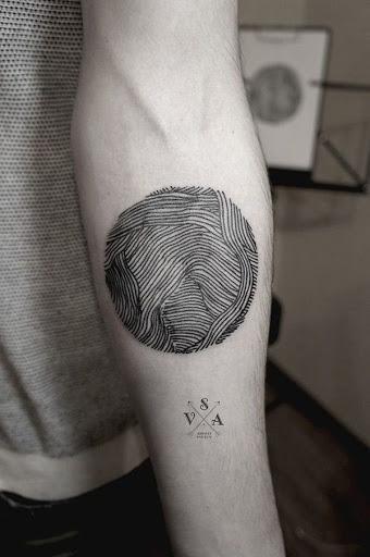 Uma série de inconsistente linhas são envoltos em uma vinheta como eles se entrelaçam e se sobrepõem uns aos outros nessa confusamente simples e esteticamente desagradável de fusão da tinta.