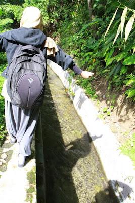 menyusuri saluran irigasi menuju curug benowo