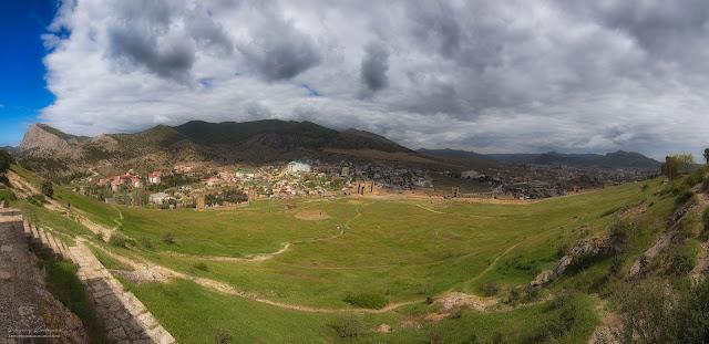 Панорамный вид на территорию крепости. Судакская крепость, Крым.