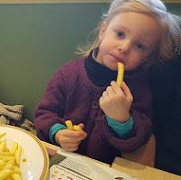 enfant-restaurant-frites