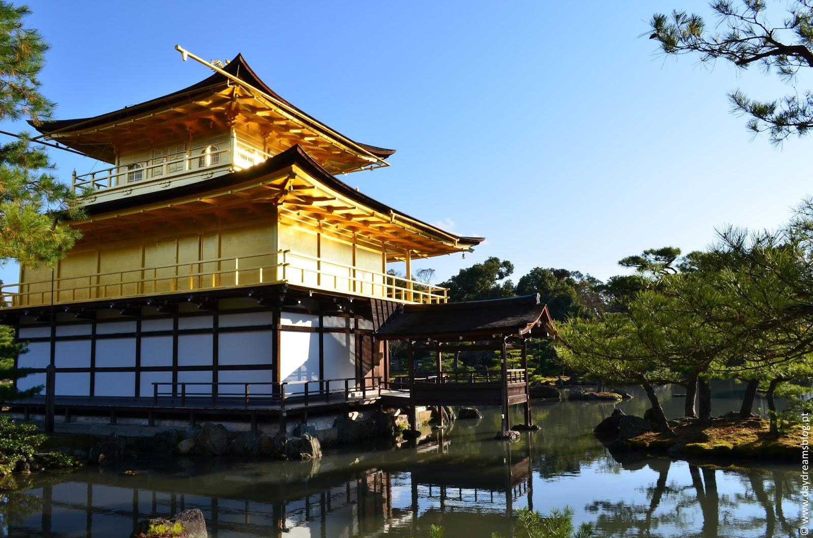 Pavilhão Dourado em Quioto no Japão