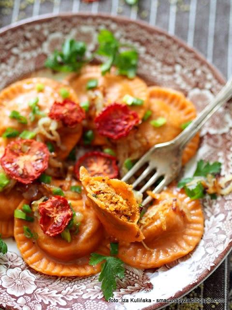 pierożki z kaszą i mięsem gotowanym , raviolo , farsz , kasza jaglana , mięso wieprzowe , jagły , obiad , pomidory , domowe jedzenie ,