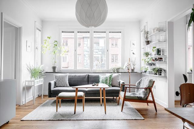 Alb, gri, verde și multe plante de interior într-un apartament de 59 m²