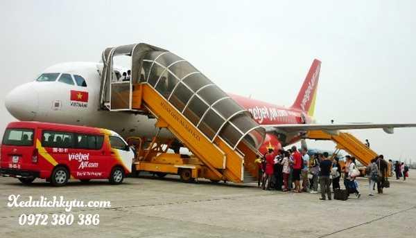 Hành khách lên máy bay tại Sân Bay Chu Lai
