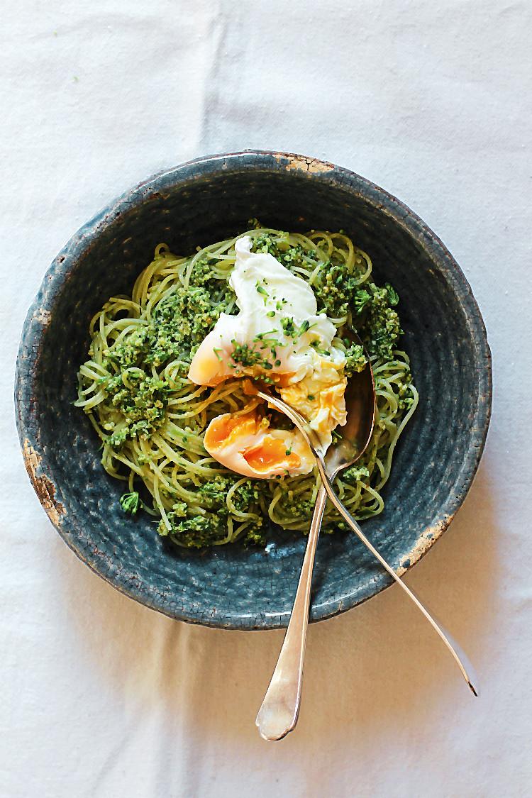 (Rezept) Bimi-Walnusspesto, pochiertes Ei und Capellini/Spaghetti | Arthurs Tochter kocht. von Astrid Paul. Der Blog für food, wine, travel & love