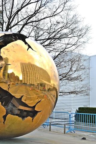 MONUMENTO NA LATERAL DA SEDE DA ONU