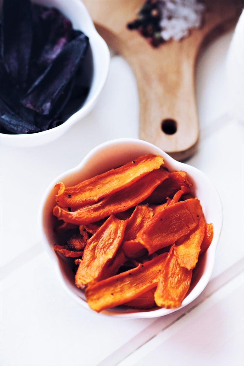 Chipsy z pomarańczowej marchewki.