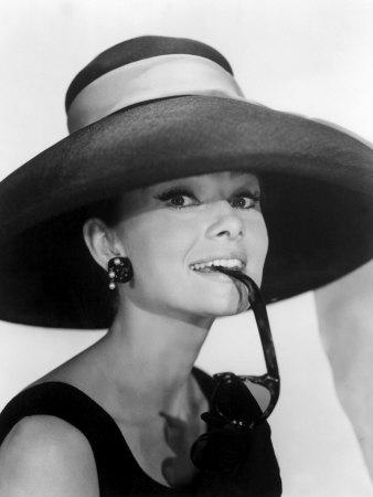 Provavelmente a imagem à qual associamos imediatamente o nome de Audrey  Hepburn será a do filme Breakfast at Tiffany s, de 1961, com toda uma  imagem de ... 5145b89d70