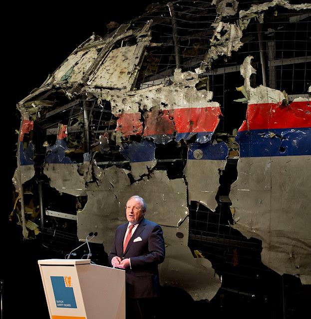 Investigadores colheram os restos do MH17, perto de Hrabove, Donetsk, Ucrânia e os reconstituiram na Holanda
