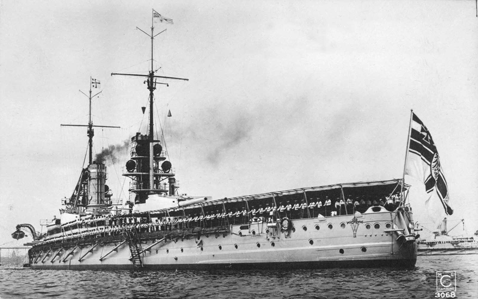El acorazado alemán SMS Kaiser en el desfile de Kaiser Wilhelm II en Kiel, Alemania, alrededor de 1911-14.