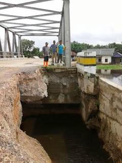 Tanggul Jembatan Talang Batin Jebol, PU Turun Tangan