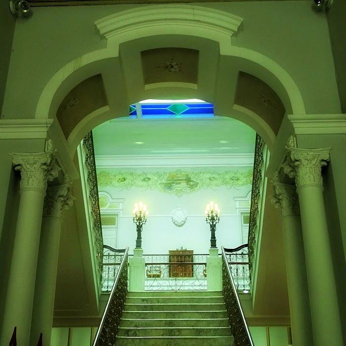 Escadaria para o segundo pavimento da Biblioteca Pública Pelotense, em Pelotas