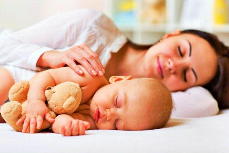 Uykusuz kalmamak için dinlenme vakitleri bebeğinkine uydurulmalı, bebekle beraber uykuya yatılmalıdır.