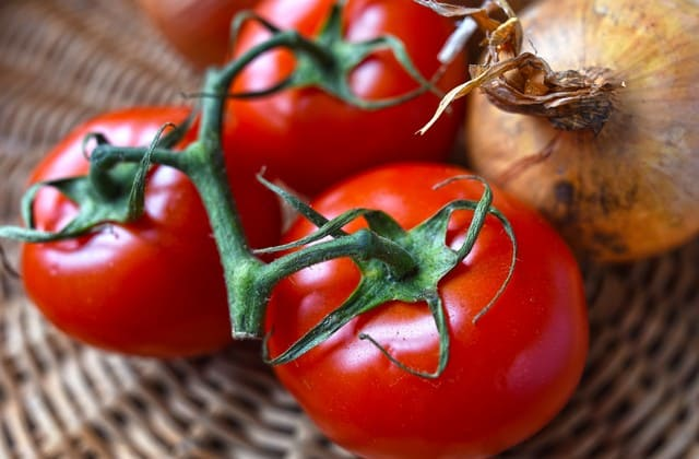 Memutihkan wajah dengan sayur bulat si tomat