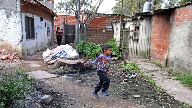 """""""El 7% de los niños no está cenando"""": La pobreza infantil crece en Argentina en medio de la crisis"""