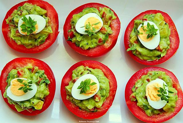 Pomidory z guacamole i jajem przepiórczym