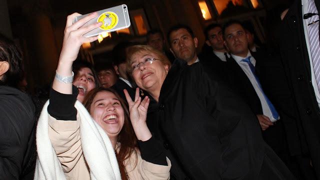 Michelle Bachelet a pura selfie con sus compatriotas a la salida del Colón