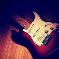 fotografía de una guitarra electrica fender