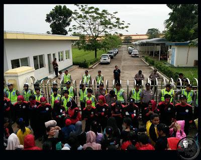 FOTO 1 : Buruh PT. SEOK HWA INDONESIA mogok kerja karena perusahaan tak mampu membayar THR