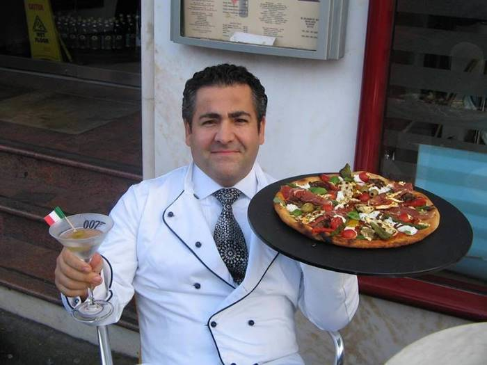 Can pizza cost $ 4200? Maybe if you cook it from soaked lobster, caviar, venison and other delicacies soaked in cognac, sprinkle with gold flakes and sell at auction. This is exactly what the Scottish chef Domenico Kroll did, and the buyer was Italian lawyer and collector Maurizio Morelli.