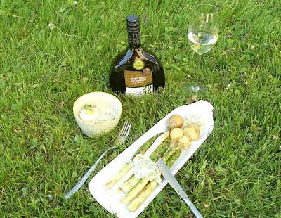Gegrillter Spargel mit Ei-Sauerampfer-Dip und Kartoffeln